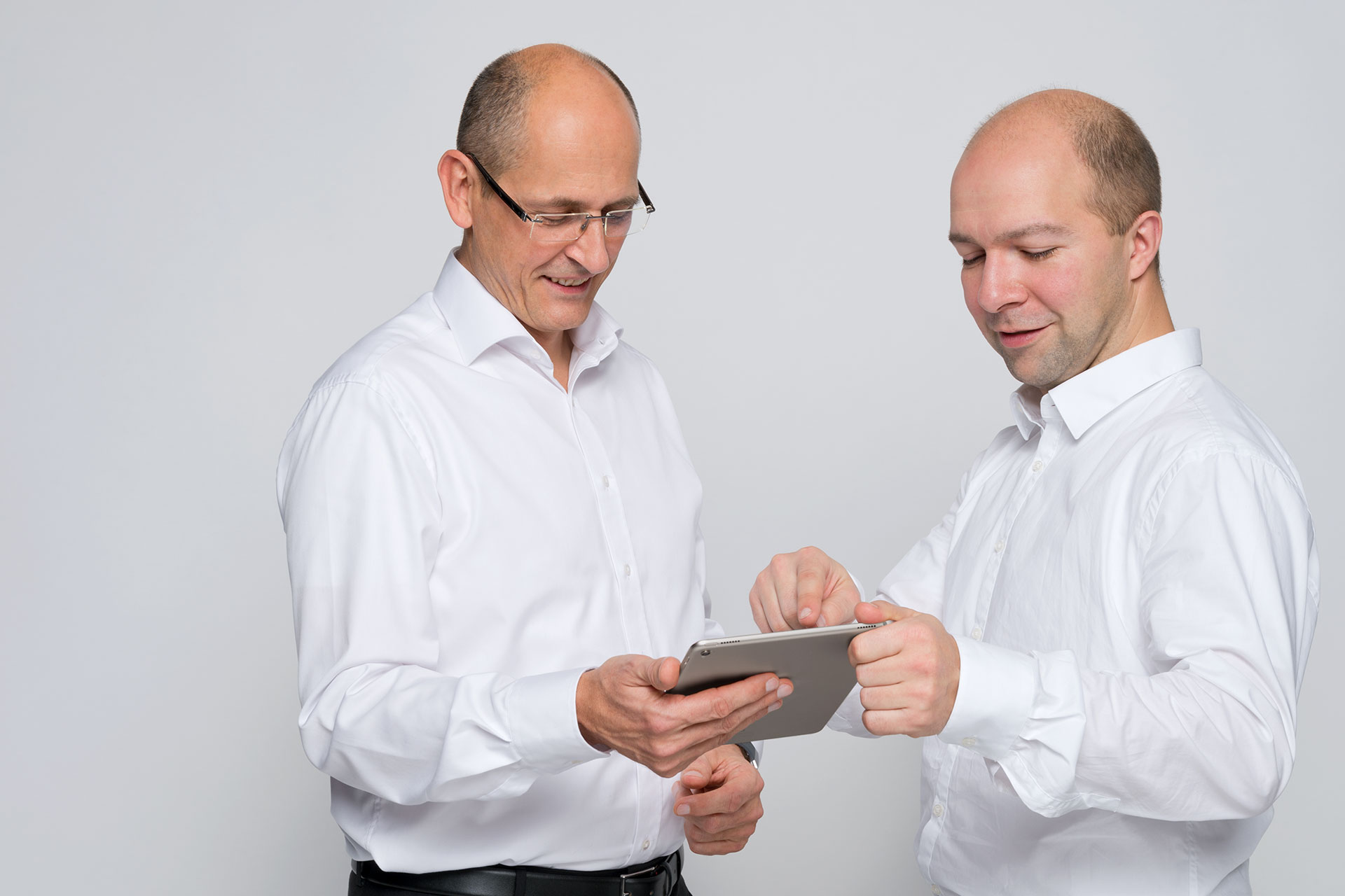 2 Techniker im Gespräch